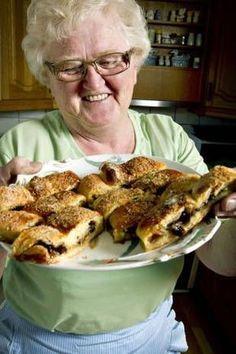 Opskrift på den mest vidunderlige kringle verden har smagt (Recipe in Danish) Sweets Cake, Cupcake Cakes, Magic Chocolate Cake, I Love Food, Good Food, Denmark Food, Cake Recipes, Dessert Recipes, Lunch Recipes