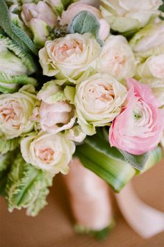 Green and pink tinted bouquet Love Flowers, My Flower, Fresh Flowers, Beautiful Flowers, Wedding Flowers, Floral Centerpieces, Flower Arrangements, Wedding Day Inspiration, Wedding Ideas