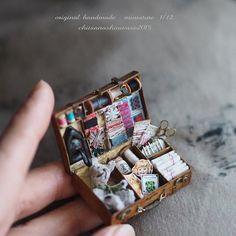 ❤︎ ・ original handmade miniature size 1/12 . ・ トランクのソーイングボックスが 完成しました トランクは閉めることもできます。 ・ ・ ・ ・ ・ #ミニチュア#miniature#dollhouse #antique #Frenchdecor #Frenchdecor#ハサミ #✂️#アンティーク風 #Pairofscissors #Sewing #Bobbin #AntiqueRibbon#テディベア #ベア#糸巻き#手芸セット#ボタン #Bobbin #button#bear