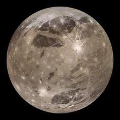 Ganímedes es el satélite más grande de Júpiter y del Sistema Solar. De hecho, es más grande que Mercurio. Si girase en torno al Sol en vez de a un planeta, lo consideraríamos un planeta... #astronomia #ciencia