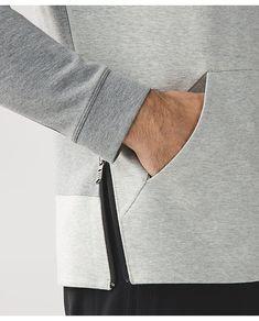 Блузы украшают бисером и пайетками, расписывают краской по ткани, кофты подрезают, сверху пришивают банты. Однако самую простую вещь можно обновить такой обычной деталью — карманом! Они удачно украшают пальто и платья, кофты и джинсы, юбки и брюки. Скорее выбирайте одну из 25+ фото идей и добавляйте