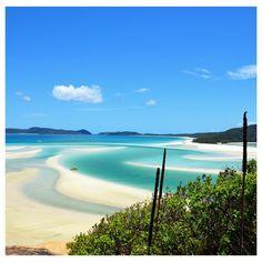 (English below) [Australie] Un des sables le plus blanc au monde se mélange au bleu intense de la mer de Corail à Hill Inlet sur l'île Whitsunday dans la mer de Corail, Queensland, Australie. . NOUVEAU : Vous souhaitez être informé par email de la réouverture des frontières de la Nouvelle-Zélande aux touristes étrangers ? Inscrivez-vous à notre alerte Antipodes Travel : le lien est dans notre bio. . // English [Australia] One of the whitest sand in the world merging with the intense… Email, English, Bright, Water, Outdoor, Instagram, New Zealand, Australia, Baby Born