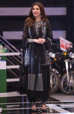 Black Pakistani Dress, Pakistani Dresses Online, Pakistani Formal Dresses, Pakistani Fashion Casual, Pakistani Dress Design, Pakistani Outfits, Indian Dresses, Indian Outfits, Bollywood Fashion