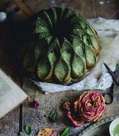 Bolo bundt de matcha e framboesa // Matcha raspberry bundt cake - Coco e Baunilha Green Tea Dessert, Matcha Dessert, Matcha Cake, Green Tea Recipes, Sweet Recipes, Cake Recipes, Bitters Recipe, Bakers Gonna Bake, Matcha Smoothie