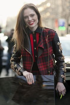 Click through to see more #streetstyle inspiration from Paris. #pfw