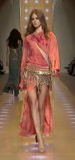 Semana da Moda de Milão: Versace leva franjas e ouro para a passarela