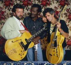 Guitarists Eric Clapton Chuck Berry and Keith Richards at Chuck Berry's Los Angeles home during the filming of Taylor Hackford's documentary 'Hail Hail Rock n Roll' 1986 Keith Richards, Richards Guitars, Eric Clapton, Easy Guitar, Guitar Tips, Guitar Lessons, Rock N Roll Music, Rock And Roll, Punk