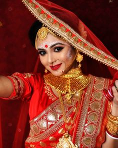 bengali bride makeup style TopicsTalk is your home for the latest news on many topics and offers Guest writing. Bengali Bridal Makeup, Bridal Makeup Tips, Bridal Makeup Looks, Bride Makeup, Bridal Beauty, Bridal Looks, Indian Wedding Bride, Bengali Wedding, Bengali Bride