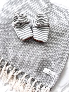 Babyblanket and booties - make a perfect gift Kids Bedroom, Textiles, Booty, Blanket, Luxury, How To Make, Gifts, Swag, Presents