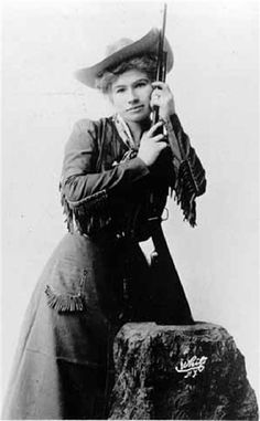 Annie Oakley, born Phoebe Ann Mosey, could use a caliber rifle at 90 feet to split a playing card edge-on and put five or six more holes in it before it touched the ground. She died on Nov 1926 at the age of Old West Photos, Wild West Show, Annie Oakley, Vintage Cowgirl, Cowboys And Indians, Portraits, Le Far West, Mountain Man, Interesting History