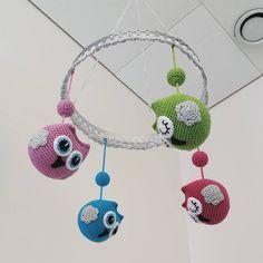 Några färgglada ugglor till ett BVC-rum😍  #virka #virkad #virkat #virkade #virkning #virkar #virkadeugglor #virkadmobil #virkadugglemobil #babymobil #crochet #crochetmobile #crochetbabymobile #crocheting #hekle #heklet #virkkaus #häkeln