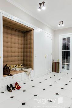 Tim grey interior design: tarz koridor ve hol - Dekoration Corridor Design, Grey Interior Design, Closet Layout, House Entrance, Cabinet Design, Entryway Decor, Interior Architecture, Interior Stairs, Interior Inspiration