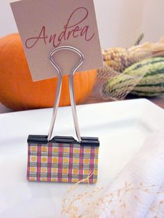 Hosting a wedding or a fancy dinner and forgot to make place settings? All you need are some binder clips and card stock to create these awesome name cards. To really make it pop, use some decorative tape on the binder clip. Binder Clip Hacks, Binder Clips, Clips Liant, Thanksgiving Place Cards, Diy Thanksgiving, Christmas Place, Thanksgiving Decorations, Name Place Cards, Name Cards