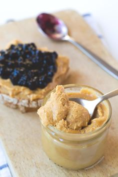 Mantequilla de cacahuete o de maní casera. ¡Sólo vas a tardar 2 minutos en tenerla lista!