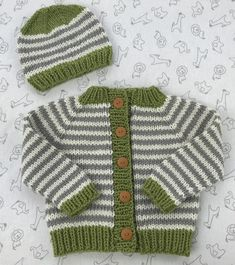 Elizabeth Smith has done it again! The designer behind The Brown Stitch knitting patterns has created the Little Coffee Bean Bulky Baby Sweater with matching hat. This cute, simple design uses Easy Baby Knitting Patterns, Baby Cardigan Knitting Pattern Free, Baby Sweater Patterns, Knit Baby Sweaters, Knitted Baby Clothes, Baby Patterns, Toddler Sweater, Knitting For Kids, Baby Boy Sweater