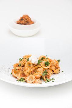 Ihr sucht leckere, schnell herzustellende Pasta-Saucen, die sich auch einige Tage halten und die sich noch gut als Mitbringsel aus der Küche eignen? Dann habe ich heute wieder einmal etwas für Euch, den Pesto-Sauchen eignen sich dafür schlicht perfekt. Pesto-Variationen gehören ja zum Standard-Repertoire des Blogs, die