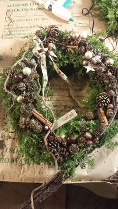 dørkrans - jul - natur Christmas Arrangements, Outdoor Christmas Decorations, Holiday Decor, Tulle Wreath, Grapevine Wreath, Christmas Home, Christmas Wreaths, Advent, Garden Angels
