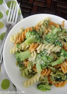 (fusilli o tornillo) con brócoli y queso Fusilli con brócoli y parmesanoFusilli con brócoli y parmesano I Love Food, Good Food, Yummy Food, Mexican Food Recipes, Vegetarian Recipes, Healthy Recipes, Healthy Food, Pasta Fusilli, Pasta Recipes