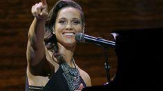 Alicia Keys performs at incredibly popular Starbucks shareholder meeting