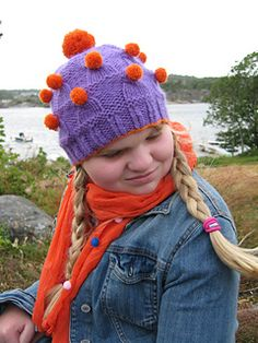 PATTERN AVAILABLE IN ENGLISH AND NORWEGIAN. Seventeen Hats is an idea that came to me while fiddling around with cable patterns. I suddenly 'saw' the cable as a hat, and all I could see was hats! And all hats need a fun pompom topper, don't they? So why settle for one hat when you can knit seventeen?  17 Luer er en morsom lue som er raskt strikket i tykt garn, og har et enkelt flettemotiv i form av små «luer» toppet med en kontrastfarget pompom.