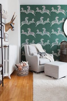 31 Amazing Grey Nursery Design Ideas With Zoo Themes To Copy - You have searched high and low for the perfect baby bedding for your soon-to-arrive bundle of joy. However, you have not put too much thought into how. Chic Nursery, Safari Nursery, Nursery Neutral, Nursery Themes, Nursery Ideas, Nursery Grey, Safari Room, Jungle Room, Themed Nursery