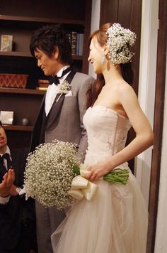 $トリートドレッシング♡リーム・アクラを着た花嫁 Wedding Hair Flowers, Wedding Colors, Wedding Bouquets, Wedding Styles, Wedding Dresses, Bridal Hair Updo, Gypsophila, Baby's Breath, Bride Hairstyles