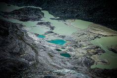 Gletscher 08 – Alpengletscher in dramatischer Bildästhetik. Farblich schimmern sie von Weiß über Grün, Blau, Grau zu Schwarz. Dies Bilder fokussieren die sehr langsam bewegte Masse auf eindrückliche Weise. 2011, MD | © www.piqt.de | #PIQT