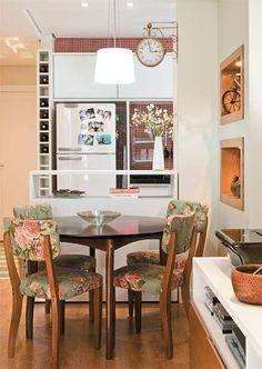 Mesa redonda pode ganhar um espaço em uma sala pequena. http://www.decorfacil.com/salas-de-jantar-pequenas/