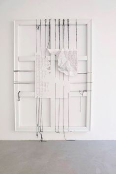 Par Ann Grim. Visible à la Mannerheim Gallery à Paris. Acrylique sur papier, cordons de coton, châssis blanc apparent. Remerciements a Thierry de Beaumont pour les textes originaux.