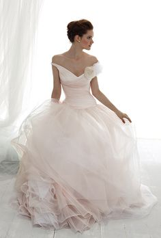 Le Spose Di Gi�. V-neckline, criss-cross top, with full romantic silk organza skirt.