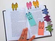 Instead of using random scraps of paper, I whipped up these super colorful and cute kitty themed DIY bookmarks out of paint chips! Quirky Diy Projects, Diy Craft Projects, Cat Pattern, Pattern Drawing, Cat Crafts, Crafts For Kids, Diy Marque Page, Super Cute Cats, Diy Bookmarks