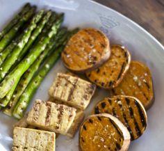 Grilled sweet potatoe, asparagus and tofu - Grillattua bataattia, parsaa ja tofua, resepti – Ruoka. Asparagus Recipe, Tofu, Grilling, Sweet, Recipes, Crickets, Rezepte, Ripped Recipes, Backen