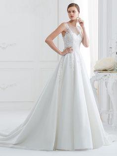 Romantisches Brautkleid mit Spitzenapplikationen auf Oberteil  und Rock und raffinierter Rückenansicht. Rock, Wedding Dresses, Fashion, Gown Wedding, Curve Dresses, Bride Dresses, Moda, Bridal Gowns, Wedding Dressses