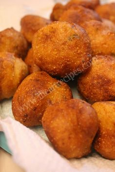 These little golden babies are deep fried and go great with any fish fry. Hush puppies are an underrated part of Southern cooking. I Heart Recipes, Fish Recipes, Recipies, Healthy Recipes, Beignets, Churros, Hush Puppies Rezept, Baked Hush Puppies, Fried Fish