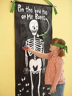 Ponerle un moño o corbata al  esqueleto. Juego con los ojos vendados