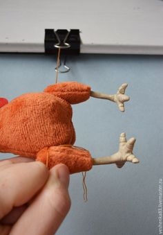 Внутреннее пуговичное крепление лап — это незаметный, эстетичный и бюджетный способ пришить игрушке лапы, и многие о нем знают. Я же хочу поделиться одной хитростью, которая упростит сам процесс, а точнее, сам момент пришивания и натяжки нити, от чего зависит устойчивость игрушки. Берём безногий экспонат, лапки, необходимые инструменты, прочные нитки, пуговки, холлофайбер для набивки и канцелярский зажим (крупный).