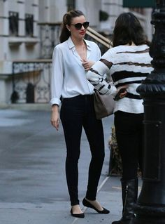 Miranda Kerr street style with white shirt and black skinny jeans. #mirandakerr