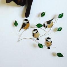 Cette conception du Quatuor Mésange est nouveau dans loiseau sur une série de fils. Joli verre marbré de gris, blanc, noir et beige font pour les oiseaux à la recherche très réalistes. Ce visiteur jardin convivial est un fan préféré parmi mes oiseaux sur une série de fils, branches conserves sont ornés de feuilles de verre vert et fan en les éloignant de la fenêtre, lui donnant un look de 3 dimensions. Verre est encapsulé en utilisant la méthode de clinquant de cuivre traditionnel. Ventouse…