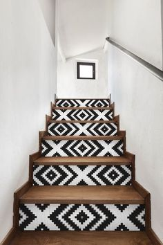 Un escalier rafraîchi par du papier peint noir et blanc - DIY : relooking déco avec du papier peint - CôtéMaison.fr