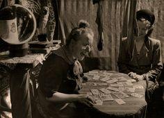 OBSCUR OBJET - Photos-vintage : vente en ligne - CabinetUn verre de vin sur la sellette, des bas qui sèchent et les cartes du tarot déployées apparemment de bonne augure P284 : ANONYME Tirage argentique circa 1950