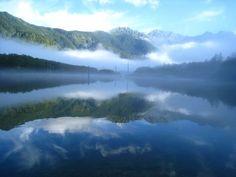 日本初の山岳リゾートとして知られる長野県・上高地。お手軽なハイキングコースとしても雄大な自然を楽しむことができますが、さらにオススメなのは早朝の上高地。上高地にはいくつかのホテルが点在し、実は、上高地に宿泊した人だけが見ることのできる早朝の大正池がまさに幻想的。朝もやに包まれる神秘的な大正池をご紹介致します。