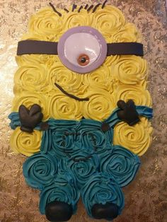 Serve up the cutest minion cake at your next party with these adorable minion cake ideas. So many minion cake tutorials to make! Cupcakes Cool, Minion Cupcakes, Birthday Cupcakes, Cute Cakes, Cake Minion, Minion Cake Design, Yummy Cakes, Delicious Cupcakes, Pull Apart Cupcake Cake