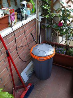 Non avete l'attacco acqua in balcone ma invidiate gli amici con l'impianto di irrigazione automatico goccia a goccia? Facile: bidone della spazzatura (almeno 40 l), pompetta da fontanella da giardino, la trovate da leroy Merlin a circa 20 euro, tubi e irrigatori da micro goccia. Un po' di fai da te, un timer e voilà!