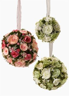 THESE FLOWER BALLS CONTAIN A MIX OF NATURAL DRIED GREENS AND ARTIFICIAL FLOWERS, INCLUDING CABBAGE ROSE BUDS AND GYPSO. IT IS A PERFECT MIX FOR A VERY CONVINCING LOOK, AND A HANDMADE FEEL.