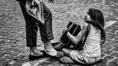 ΑΘΗΝΑ – ΕΛΛΑΣ, Σεπτέμβριος 2013. Μια πωλήτρια καταστήματος κοσμημάτων σπρώχνει…