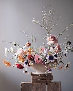Floral bouquet, flowers, flora design, floral art Like a true and sift romance. In france we say nature morte when something is painting like It's true. amazing to see how reverse things sounds fine picture turn to painting style with floral deisgn Beautiful Flower Arrangements, Wedding Flower Arrangements, Floral Centerpieces, Floral Arrangements, Wedding Flowers, Deco Floral, Arte Floral, Floral Design, Ikebana