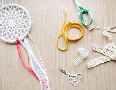 How To Make A Crochet Dreamcatcher Dreamcatchers are said to act as dream filters, allowing only good dreams to reach the sleeper! Try making this easy crochet dreamcatcher and put it to the test! Crochet Home, Crochet Gifts, Crochet Doilies, Free Crochet, Quick Crochet, Tunisian Crochet, Crochet Squares, Thread Crochet, Crochet Granny