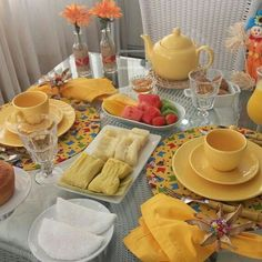 Tablescape - shades of uellow Serving Table, Serving Dishes, Table Setting Design, Table Settings, Coffee Time, Tea Time, Brunch Mesa, Diy Table, Dining Table