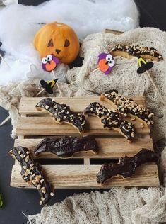 Pipistrelli glassati al cioccolato #halloween #halloweenrecipes #halloweentime #foodforkids #horror #party #frolla #HL2019 #giallozafferano #gialloblogs #pipistrelli #dolcettooscherzetto Biscotti, Zombie, Cookie Recipes