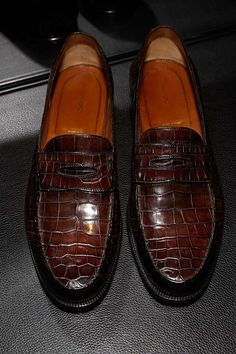 Casual alligator shoes, luxury alligator Slip-On loafers for men, It comes in a slip-on style that makes it convenient to wear. Mens Fashion Shoes, Fashion Boots, Men's Fashion, Mens Suede Dress Shoes, Shoes Men, Italian Shoes For Men, Gents Shoes, Gentleman Shoes, Mens Designer Shoes